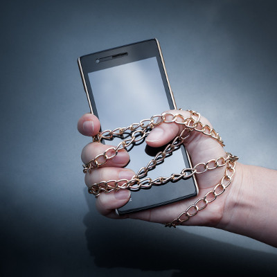smartphone_in_chains_400